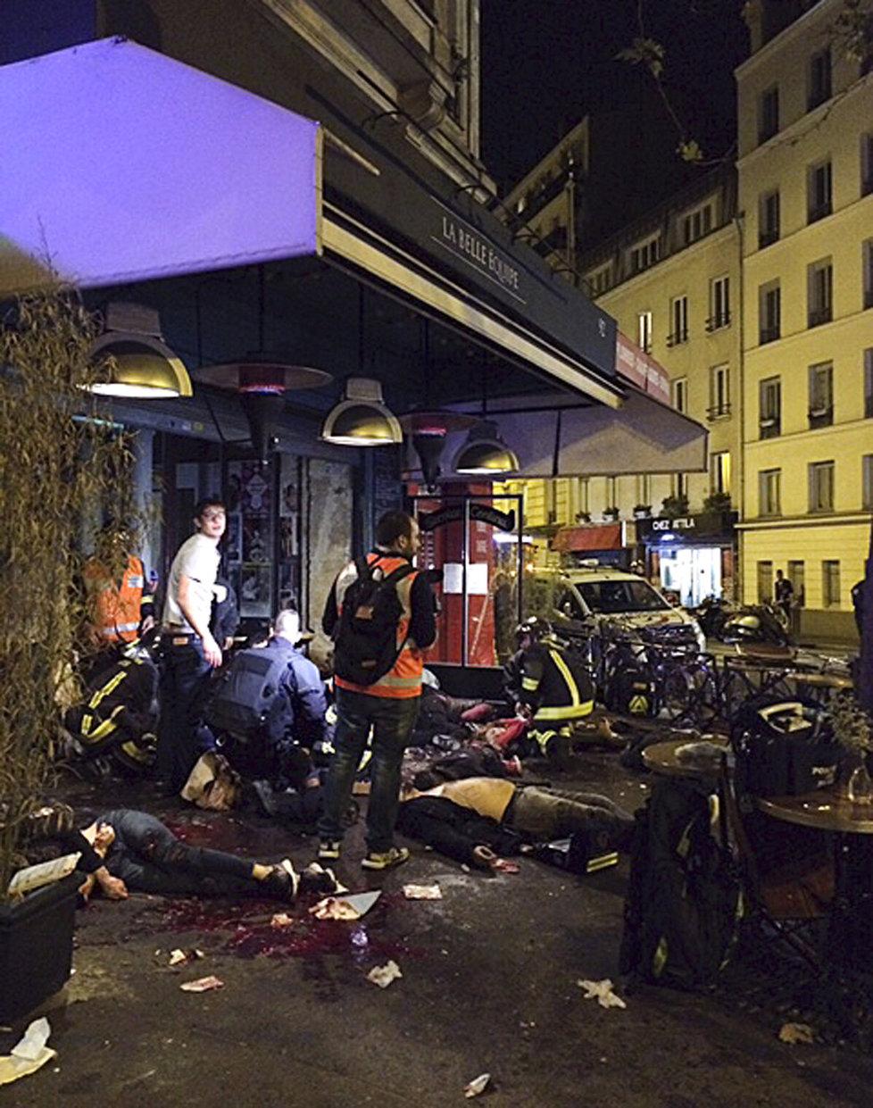 Hrozivý obrázek z ulic Paříže. Mrtvá těla, krev, zranění a do toho všudypřítomný strach a panika.