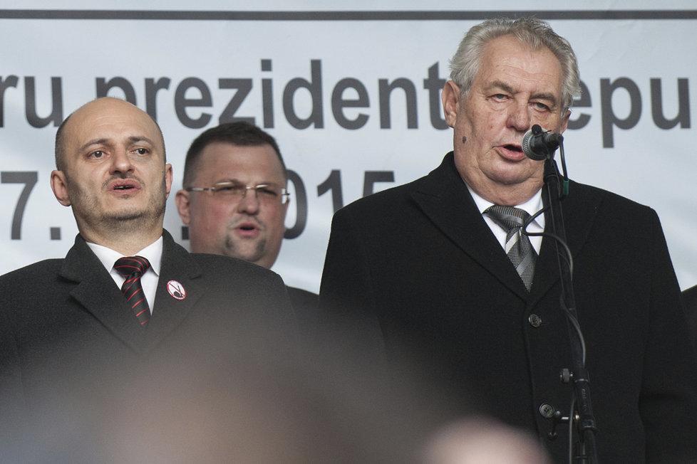 Českou hymnu zpívají 17. listopadu zleva Martin Konvička, Jindřich Forejt a Miloš Zeman