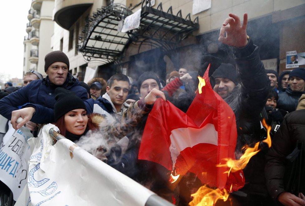 Protest před tureckou ambasádou v Moskvě přerostl v útok vejci a kameny, Rusové pálili i vlajku