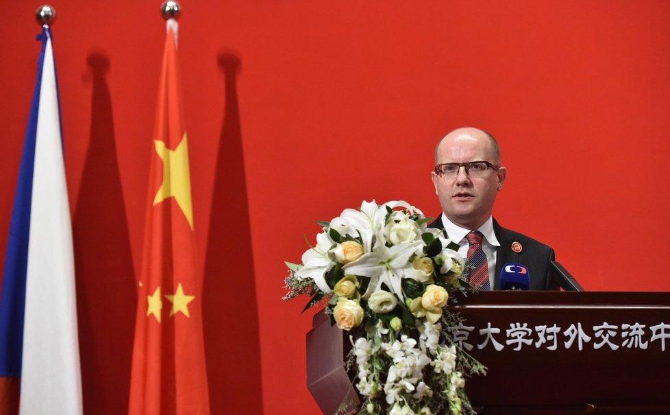 Světoběžník. Premiér Sobotka se vrátil z Číny. A vydal se do Bruselu.