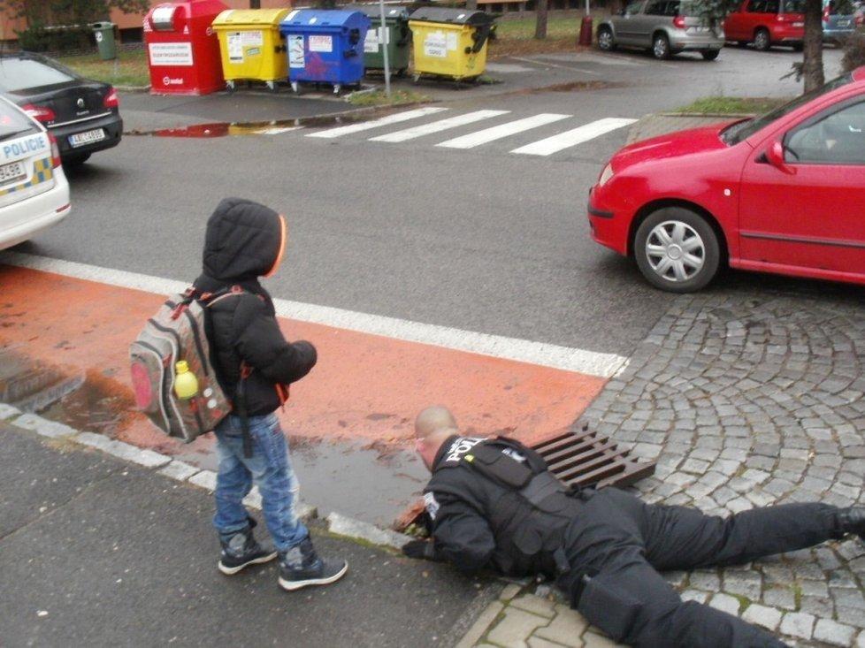 Pomáhat a chránit v praxi: Policista se kvůli chlapečkovi ponořil do kanálu.