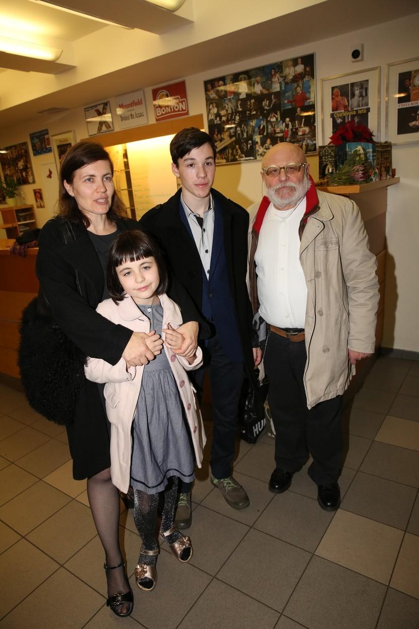 Arnošt Goldflam se svou rodinou.