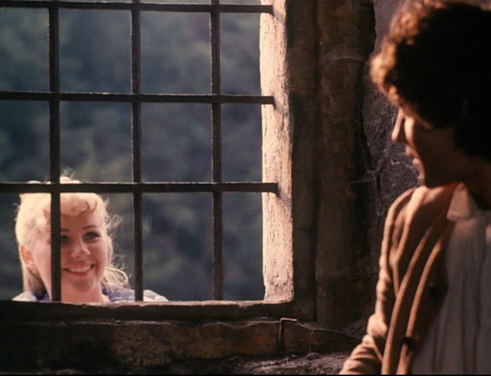 Princezna Adélka se dívá oknem do žaláře.