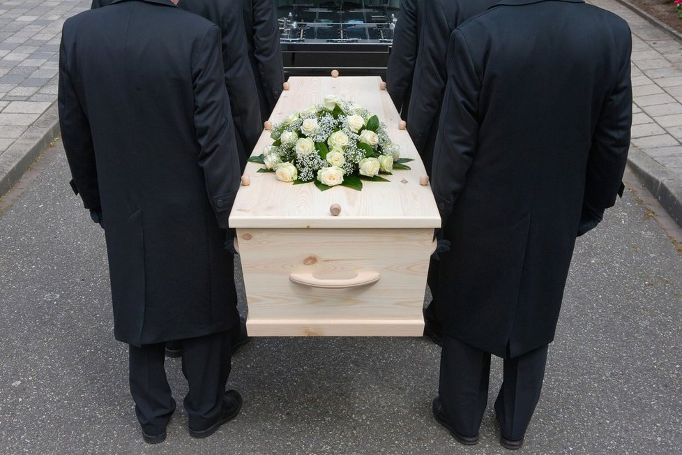 Pohřebáci šidí pozůstalé.