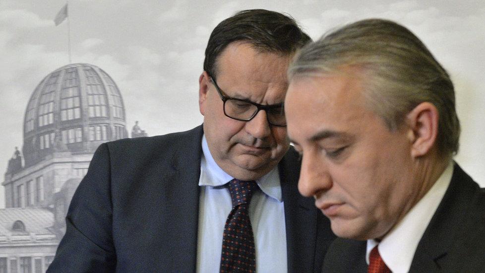 Cena práce je v ČR podle předsedy ČMKOS Josefa Středuly (v popředí) příliš nízká. V pozadí ministr průmyslu a obchodu Jan Mládek (ČSSD).