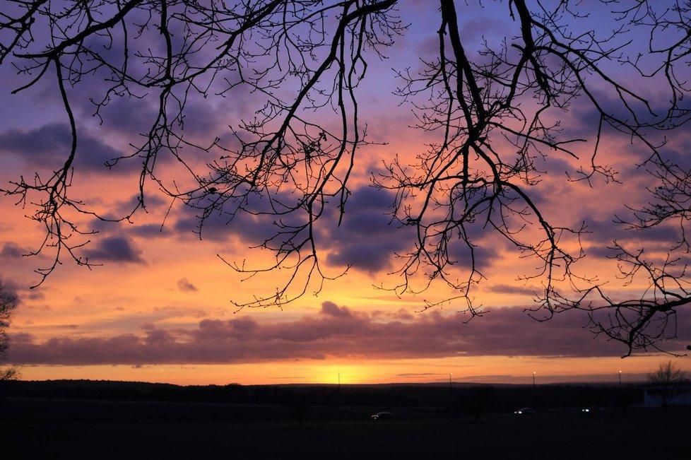Blíží se zimní slunovrat. Slunce je nejníže na obzoru, dny se začnou pomalu, ale jistě prodlužovat a noci krátit.