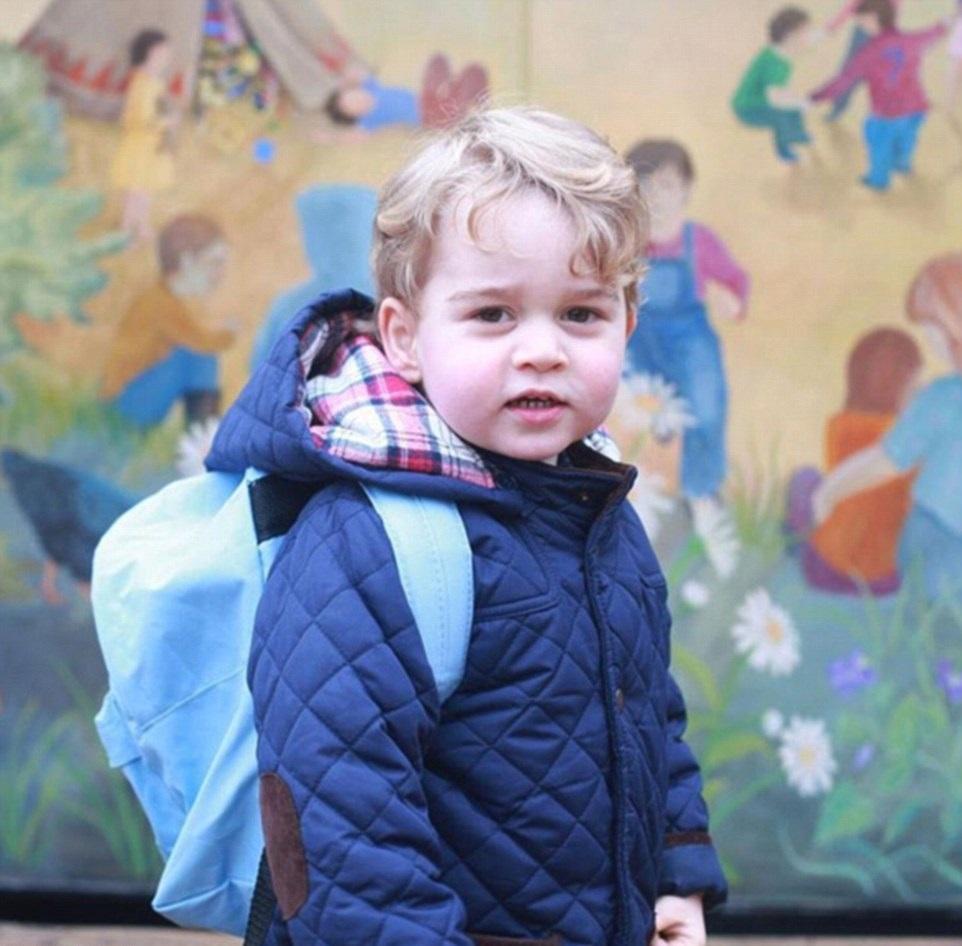 Princ George na první cestě do školky.