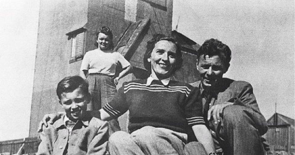 Zpěvákovi rodiče Marie a Karel Gottovi s malým synkem v roce 1946 na Sněžce.