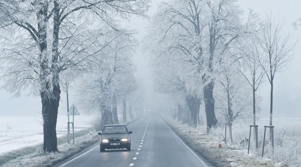 Od čtvrtku bude opět sněžit. Ledovku tak na silnicích vystřídá náledí.