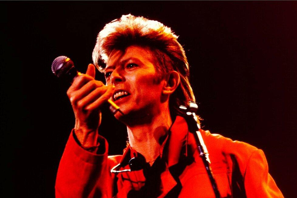Těžko říct, jestli někdo »prohnal nosem« víc drog než David Bowie. Říkalo se dokonce, že mu kokain tak »rozežral« nosní přepážku, že měl náhradní z platiny.