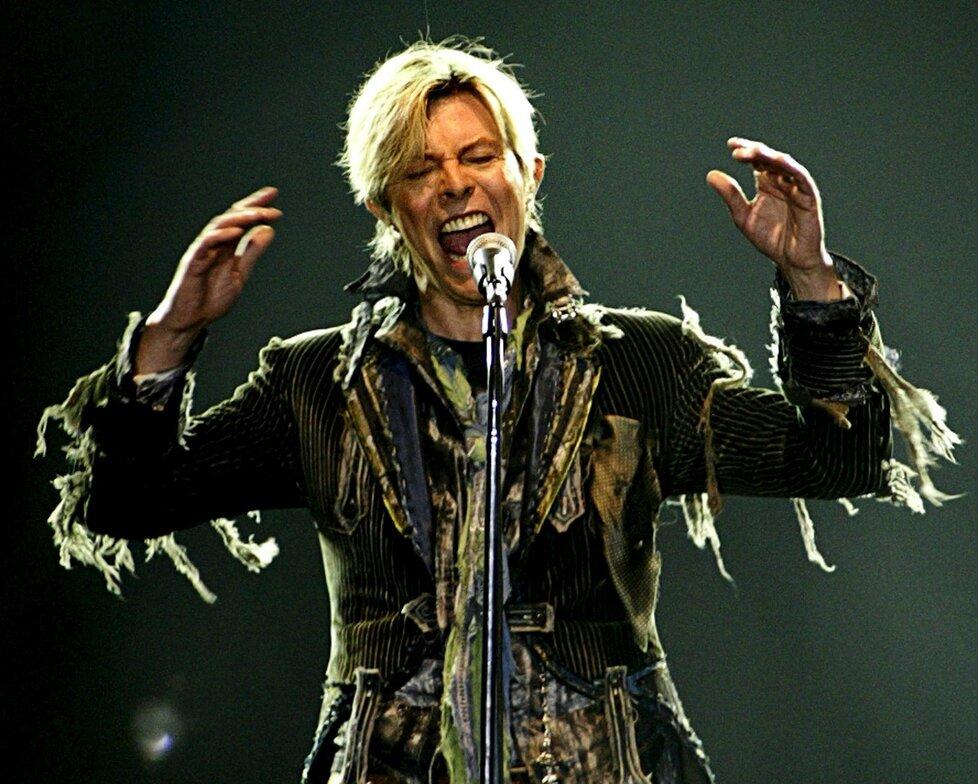 Drogami a chlastem zhuntované tělo začalo Bowiemu vypovídat poslušnost už v roce 2002. Zkolaboval během dovolené na Floridě a osm hodin balancoval mezi životem a smrtí. Tehdy mu přitom bylo jen pětapadesát! O dva roky později nedokončil kvůli srdeční slabosti pražský koncert.