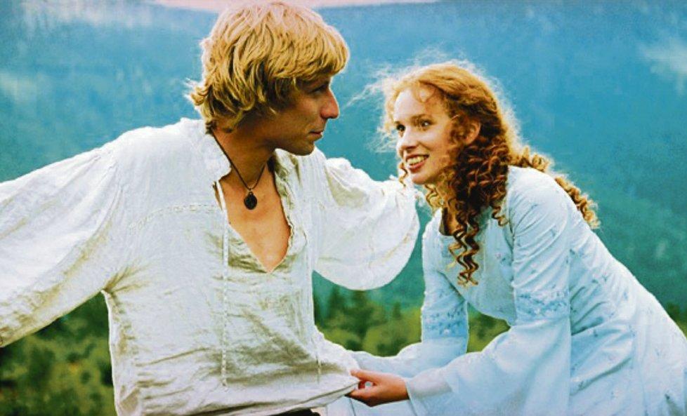 Táňa Pauhofová jako princezna Anička a Štepán Kubišta (nadaboval ho Jan Dolanský) jako Filip v pohádce Čert ví proč.
