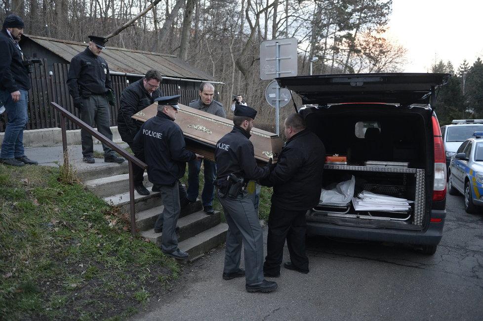 Pohřební služba odnáší rakev s tělem Ivana Jonáka.