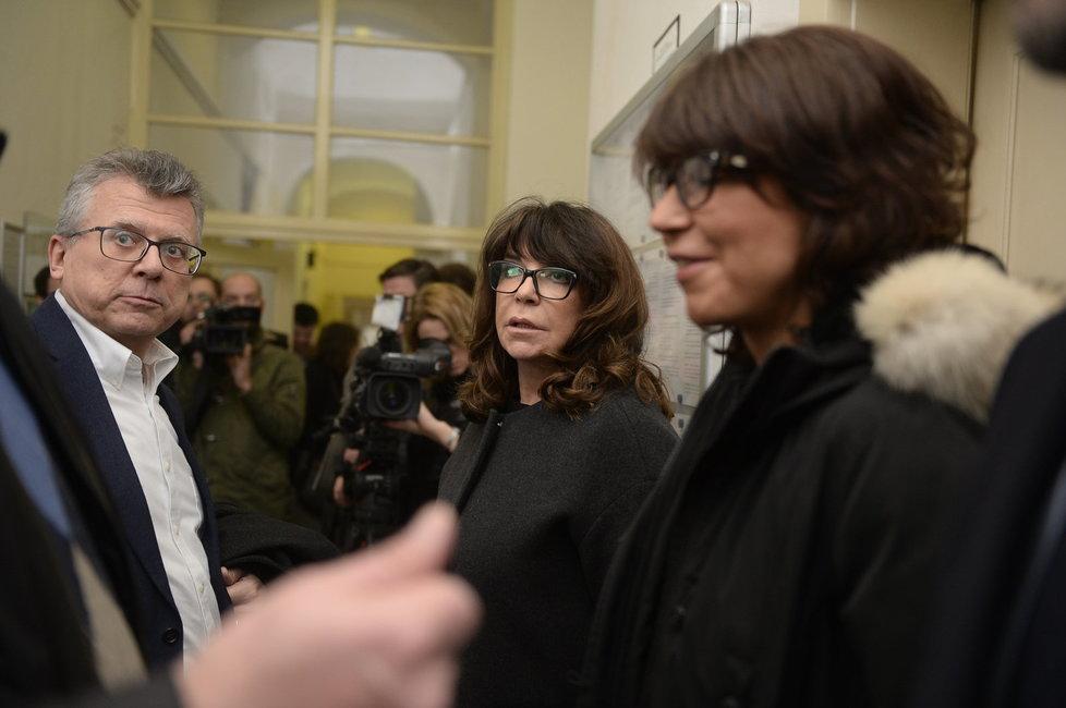 Jan Kasl, Terezie Kaslová a Alžběta Jungrová před soudní síní