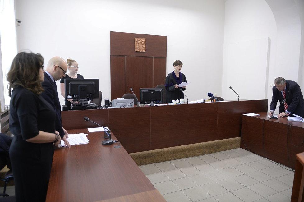 První soud kvůli Zemanovu Peroutkovi: Soudkyně Sedláková čte rozsudek