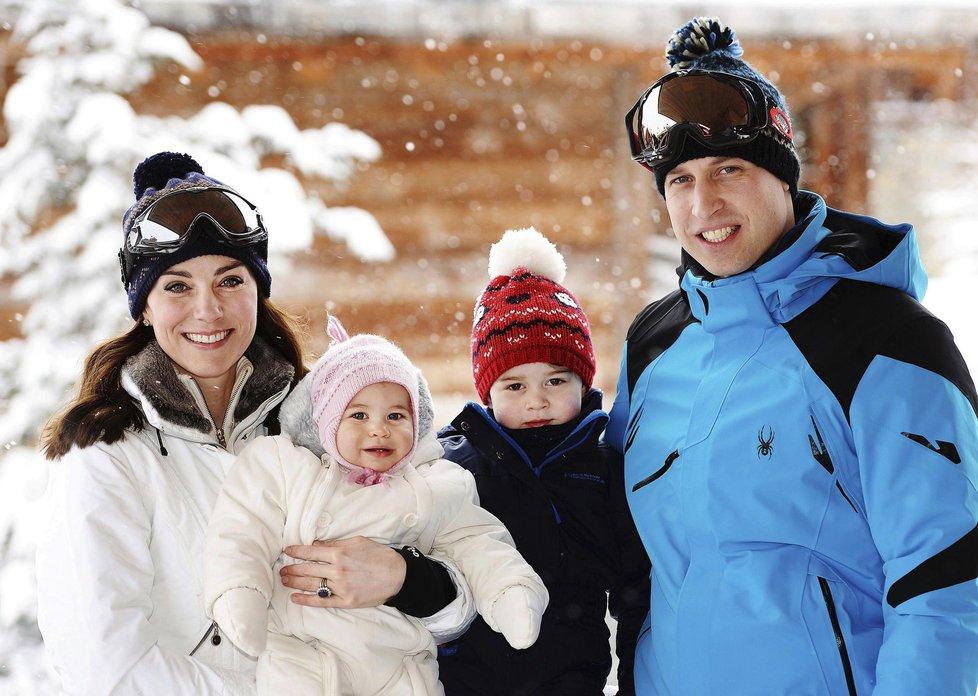 Královská rodina se svými ratolestmi na horách.