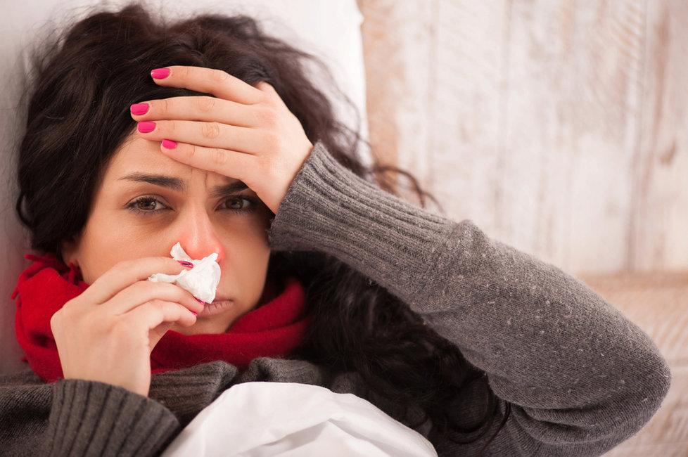 Chřipka se projevuje teplotou i bolestí hlavy.