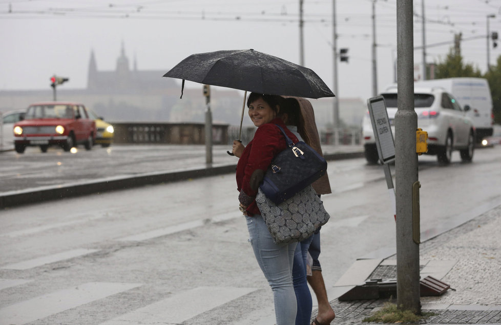 O víkendu si nezapomeňte do tašek přibalit deštníky.