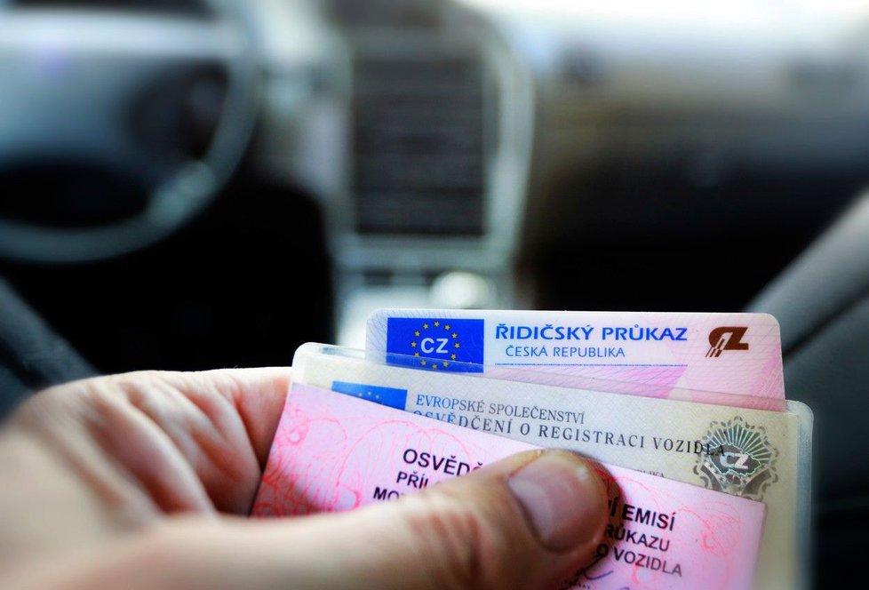 Před cestou do zahraničí zkontrolujte řidičák a doklady k autu.
