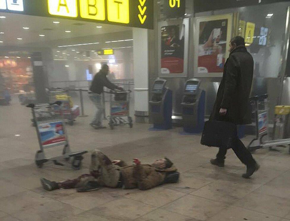 Zraněný cestující na zemi. Na letiště zaútočil ISIS.