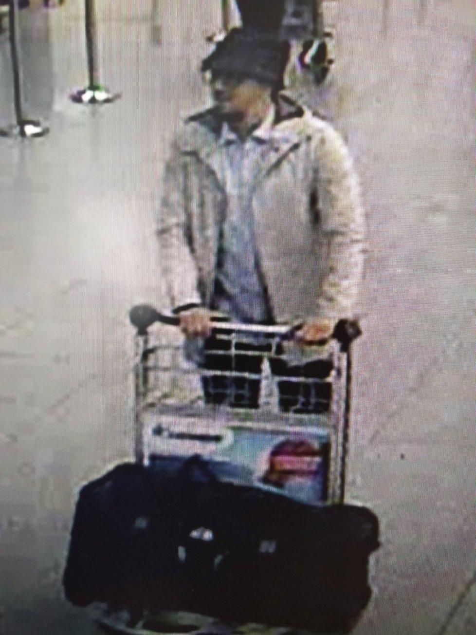 Belgická policie usilovně pátrá po jednom ze tří mužů pravděpodobně odpovědných za dnešní teroristický útok na bruselském letišti. Dva zahynuli, když se vyhodili do povětří, a jeden je podle všeho na útěku, informovala belgická veřejnoprávní televize RTBF.