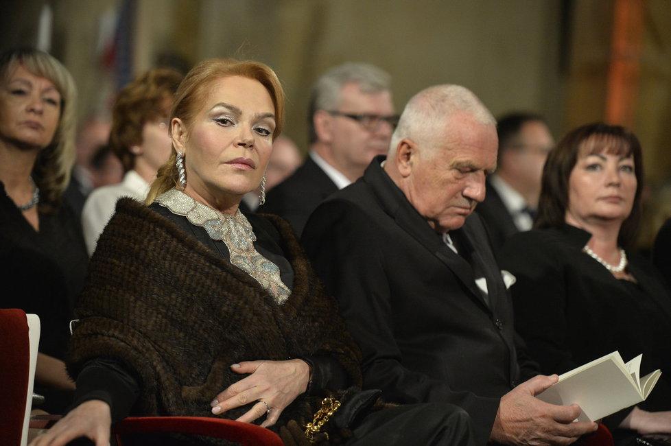 Václav Klaus na předávání státních vyznamenání 2015. Usazen po boku Dagmar Havlové