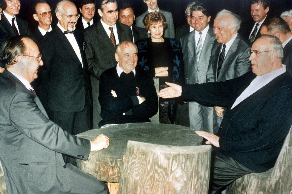 Archivní snímek z roku 1990: Genscher (vlevo) se sovětským prezidentem Michailem Gorbačovem a německým kancléřem Helmutem Kohlem