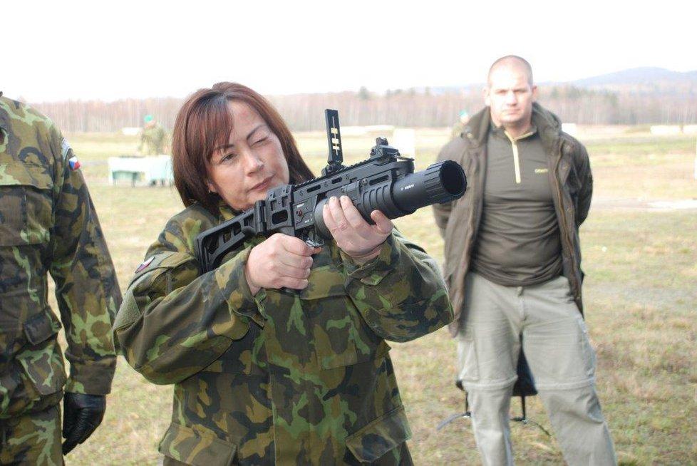 První dáma Ivana Zemanová během návštěvy tankového praporu v Přáslavicích