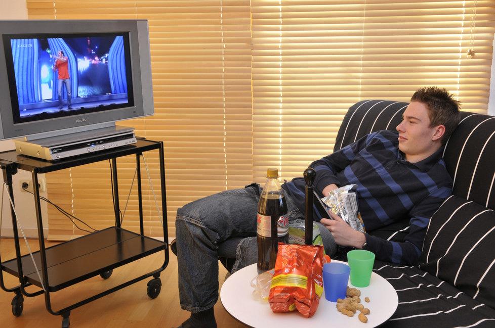 Pozor na kombinaci jídlo, gauč a televize