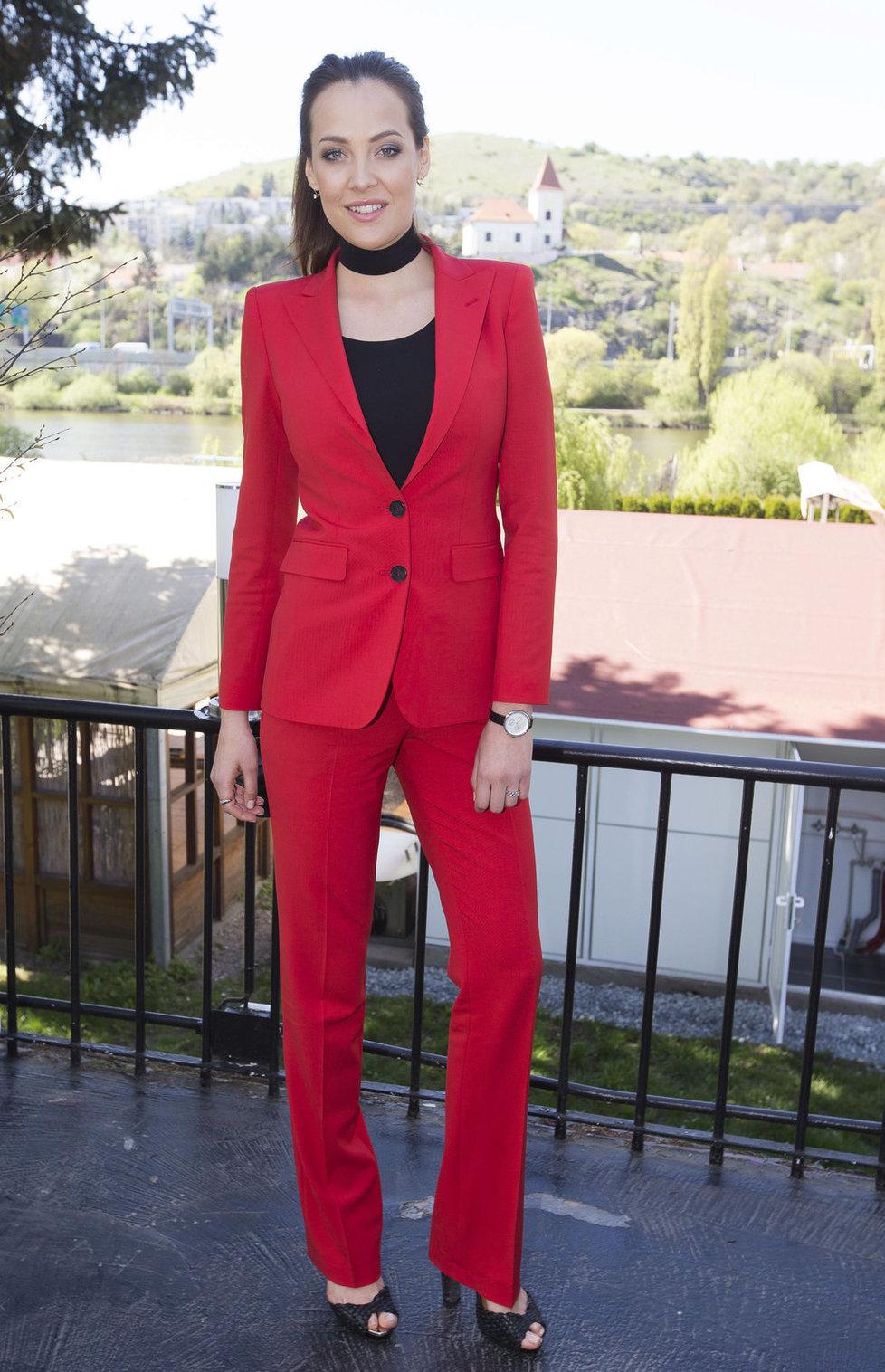 Kateřina Sokolová vypadá v červeném kostýmu jako domina.
