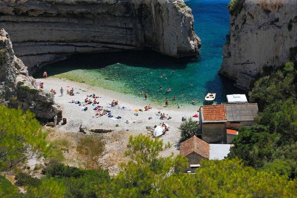 Pláž v zátoce Stiniva na chorvatském ostrově Vis