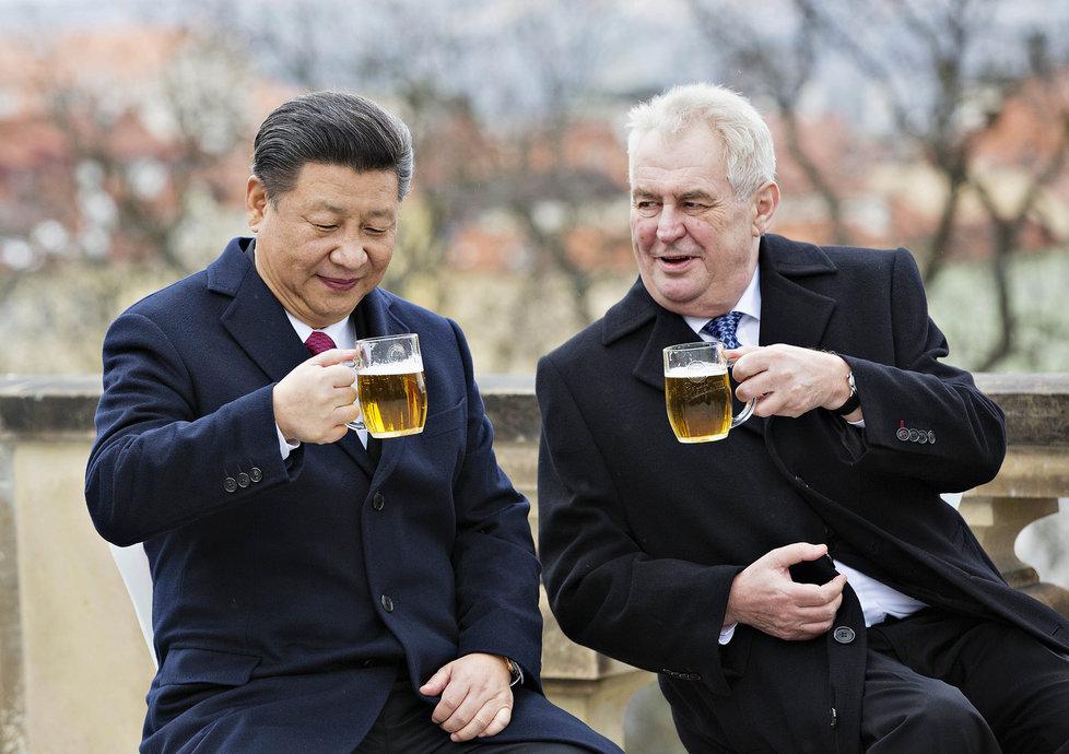 Pivu holdují také politici: Na snímku prezident Miloš Zeman (vpravo) a jeho čínský protějšek Si Ťin-pching.