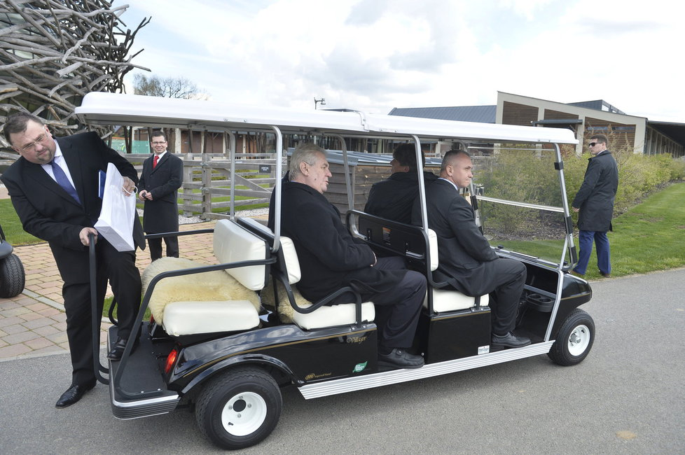 Prezident Miloš Zeman v golfovém vozíku na obhlídce Babišova Čapího hnízda
