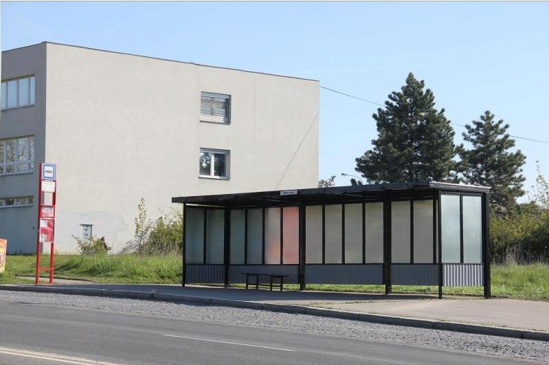 Podle starosty Kbel Pavla Žďárského je důležité postarat se o rekonstrukci autobusových zastávek. Ty které mají drátem propletené stěny podle něj ideální nejsou. (ilustrační foto)