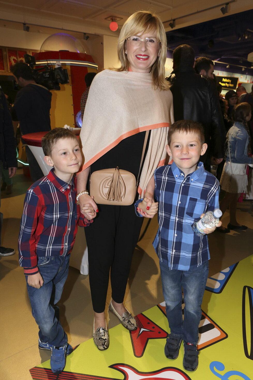 Štěpánka Duchková se svými dvojčaty.