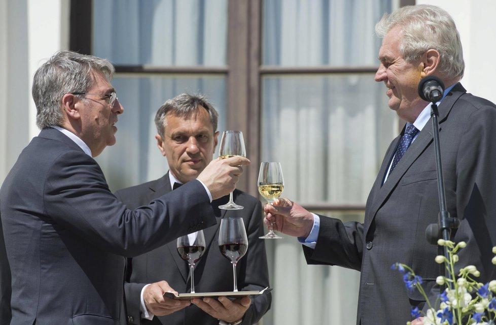 Prezident Miloš Zeman při přípitku s velvyslancem na ruské ambasádě (9.5.2016)