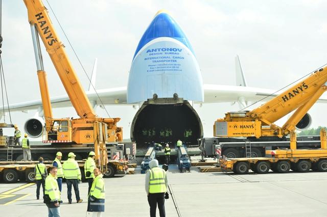Antonov pohltí 120tunový generátor.