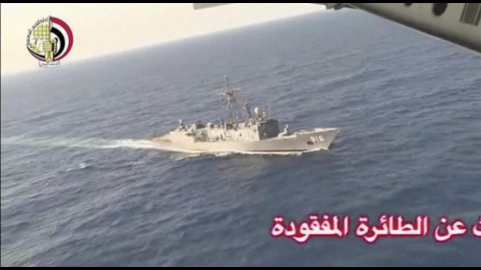 Egyptská loď pátrá po troskách zříceného stroje.