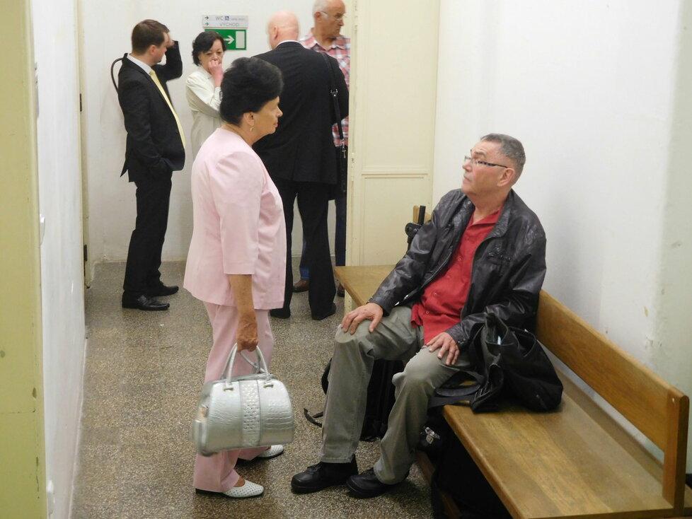 Barbora Snopková jako svědkyně u soudu, kde notář Halbich požadoval miliony po ČSSD