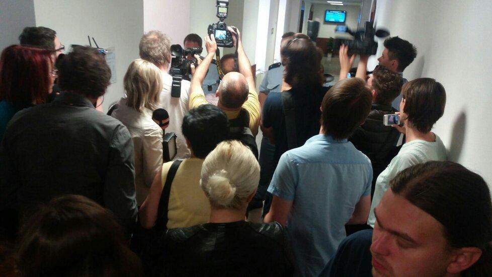 Před soudní síní bylo plno