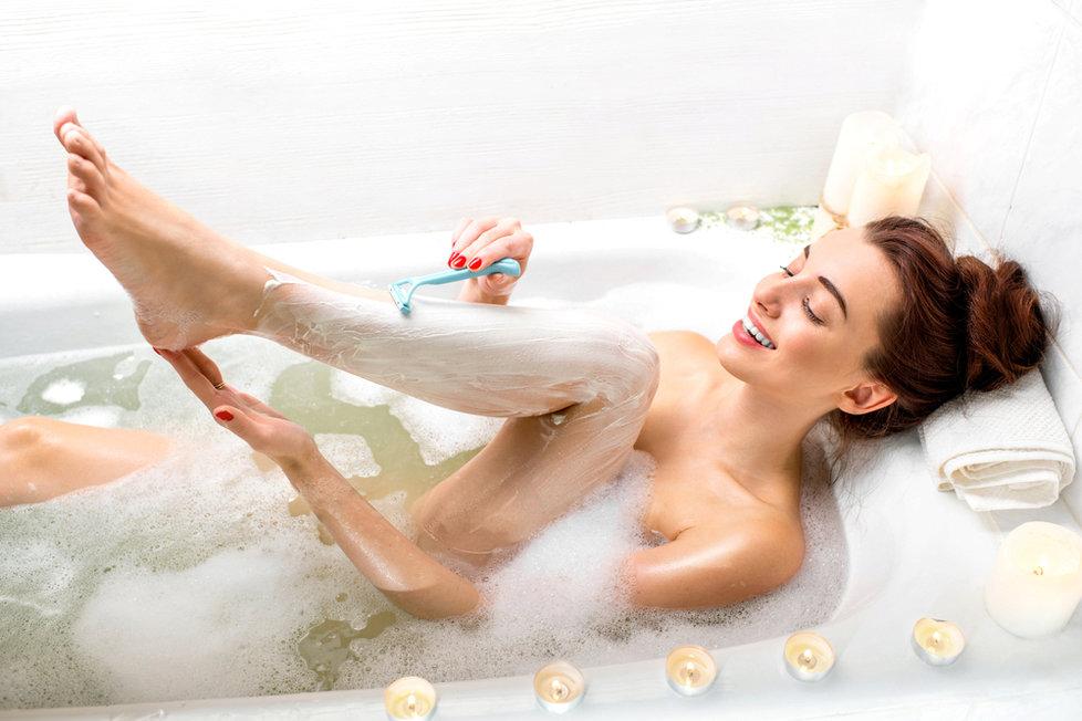 Pokud uvažujete o trvalé epilaci je nutné si před ní holit nohy pouze žiletou.