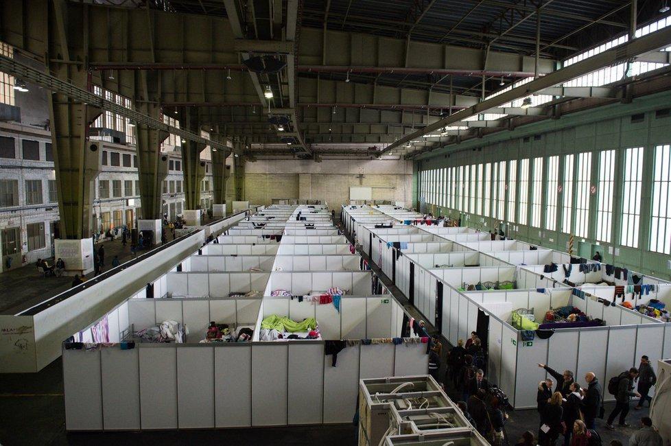 V jedné hale až 600 uprchlíků