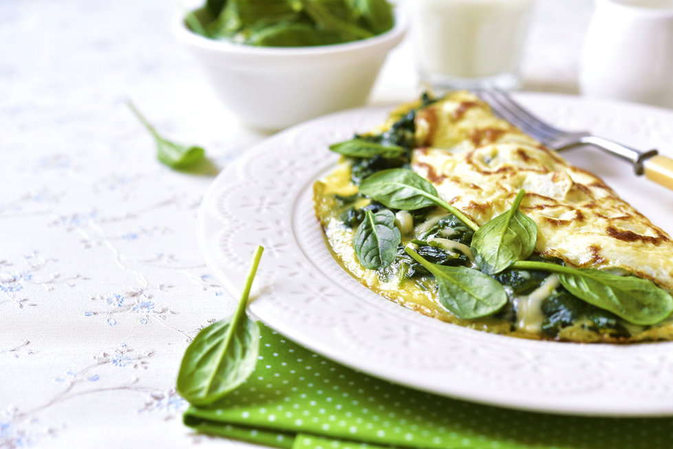 Vaječná omeleta se zeleninou či bylinkami je také dobrou volbou, zvláště dietní pak je varianta připravená pouze z bílků. Ingredience: 1 lžička olivového oleje, 1 červená paprika, 1 zelená paprika, 1/4 žluté cibule, 1 lžička soli, 1 lžička černého pepře, 8 vaječných bílků, 1/2 šálku sýru feta, 2 šálky čerstvého špenátu. Zeleninu pokrájejte na kousky, osmažte s bílky, nakonec přidejte špenát a posypte drceným sýrem.