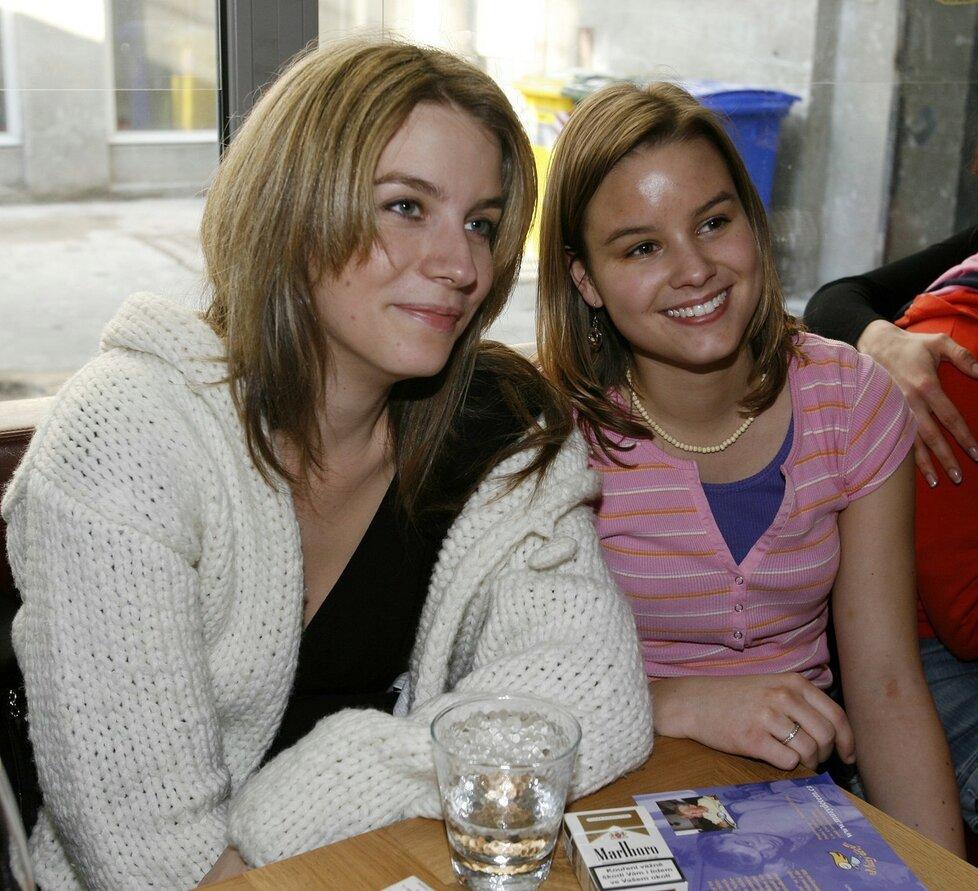 Anna Fixová s Patricií Solaříkovou v ulici v roce 2006