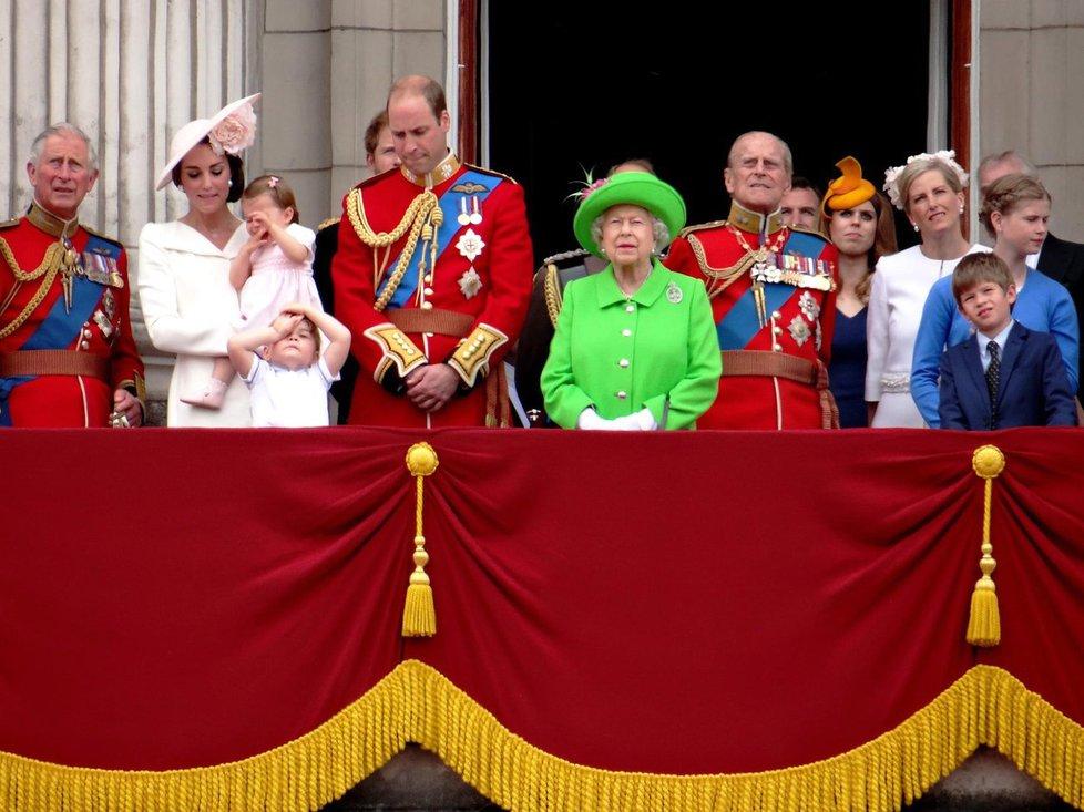 Královna v zářivém kostýmku vypadala jako žabí princ.