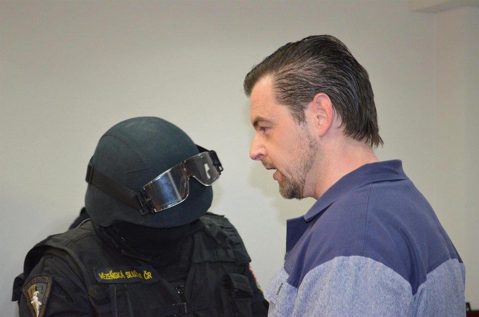 Petr Kramný před soud předstoupil ve vězeňském mundúru
