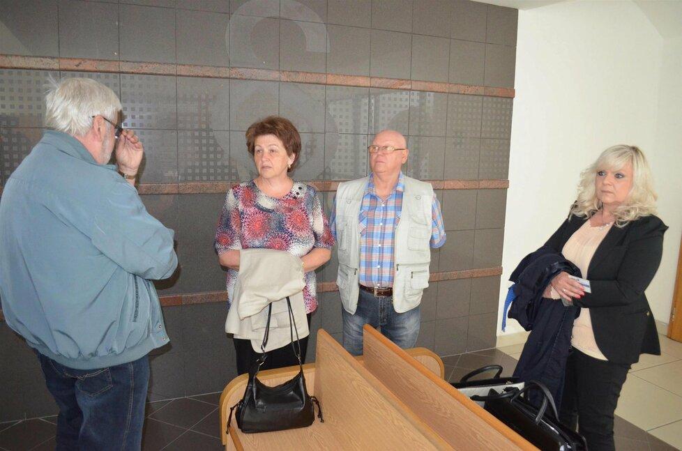 Rodiče Petra Kramného a obhájkyně Jana Rejžková čekali na jednání už hodinu předem