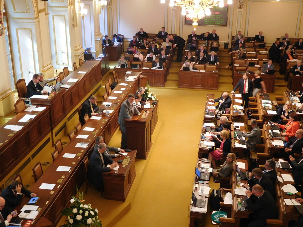 Poslanci v roce 2016  schválili senátní návrh na zavření obchodů během vybraných svátků. Na galerii pro hosty tomu přihlížely i prodavačky
