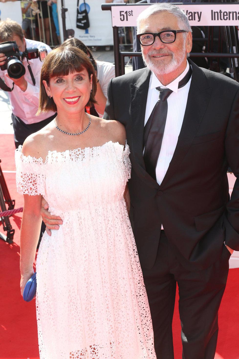 Jiří Bartoška s manželkou na zahájení filmového festivalu.