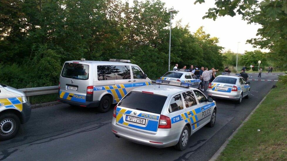 Policejní vozy na místě střelby.
